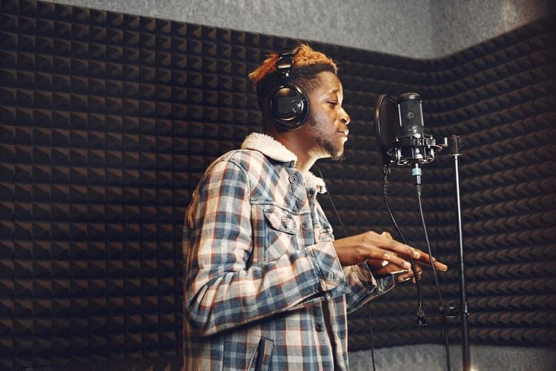 Chico usa espuma acústica para hacer un podcast.