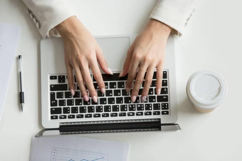 La formación de un redactor digital incluye el SEO y el copywriting.