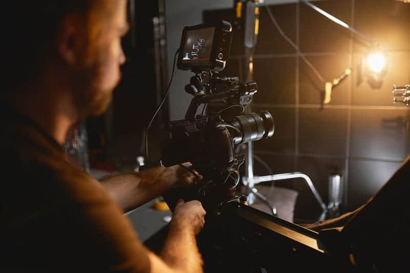 El Video Maker se encarga de gestional la producción de la grabación y a las personas que trabajan en ella.